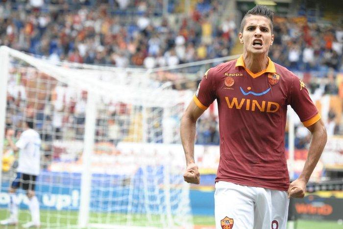 Lamela esulta con la maglia della Roma nella vittoria per 2-0 sull'Atalanta (2012-2013)