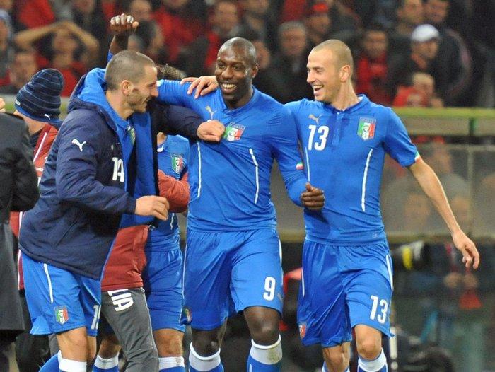 Okaka festeggia per un gol con la magglia della nazionale italiana di calcio