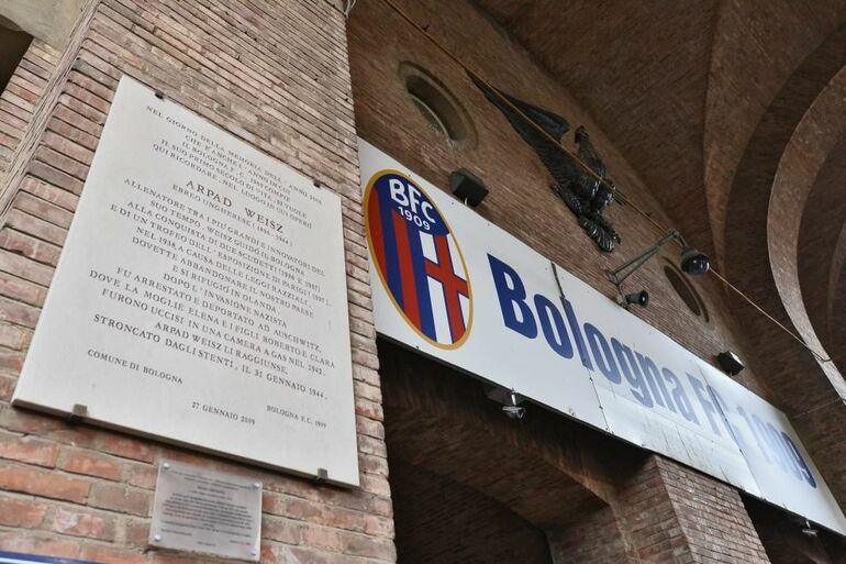 La targa commemorativa per Arpad Weisz a Bologna