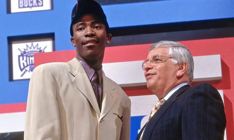 Crawford stringe la mano a David Stern nella notte del Draft 2000