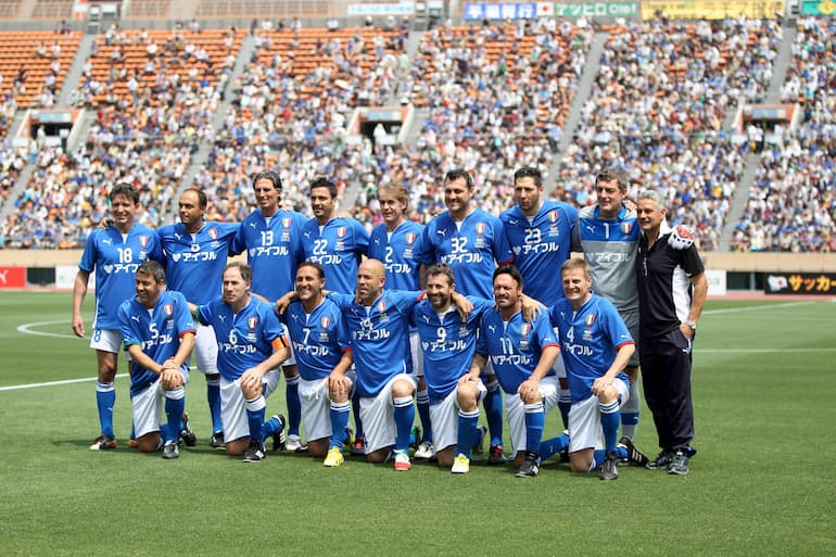 Schillaci (in basso a destra) e le Glorie Azzurre in un'amichevole contro la selezione della J-League