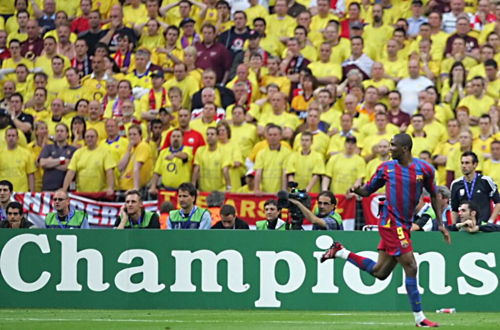 Eto'o festeggia davanti al muro giallo dei tifosi Gunners (Foto: Damien Meyer/AFP via Getty Images - OneFootball)