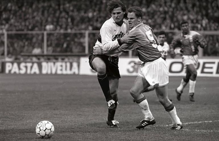 Frank de Boer e Tomáš Skuhravý in un contrasto di gioco in Genoa-Ajax (Foto: Imago - OneFootball)