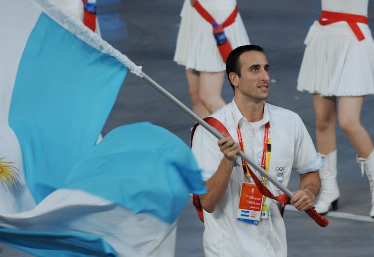 Ginobili in versione portabandiera a Pechino 2008 (Foto: William West/AFP via Getty Images - OneFootball)