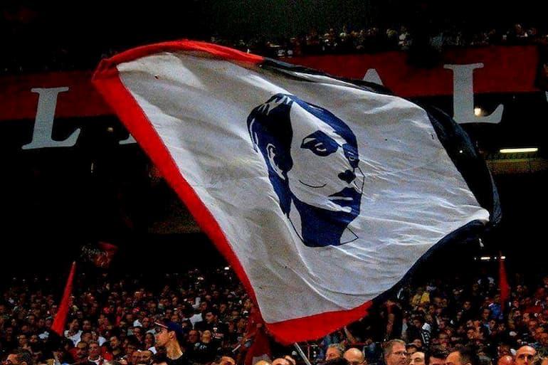 La bandiera con il volto di Faber sventolata nella Gradinata Nord