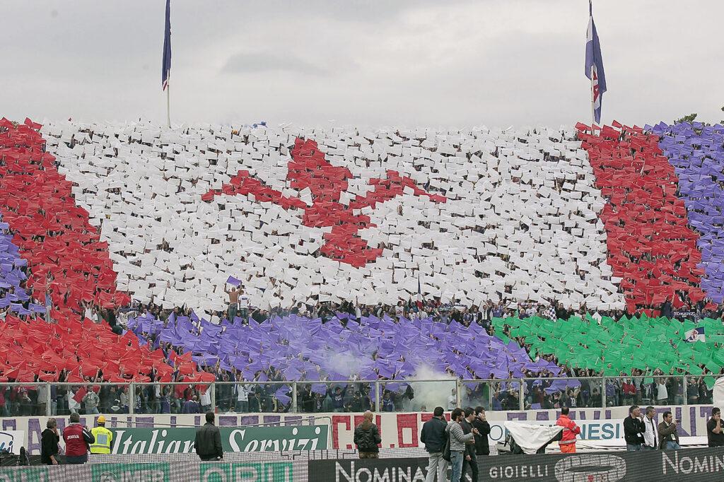 La coreografia dei tifosi viola (Foto: Gabriele Maltinti/Getty Images - OneFootball)