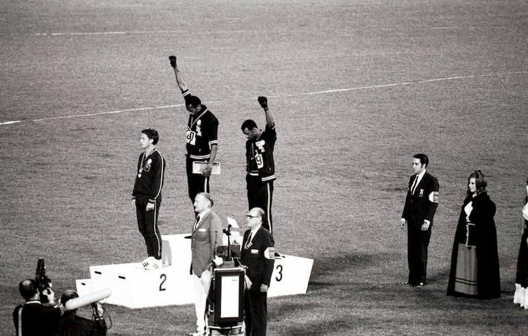 L'iconico pugno alzato sul podio di Messico '68 (Foto: Imago - OneFootball)