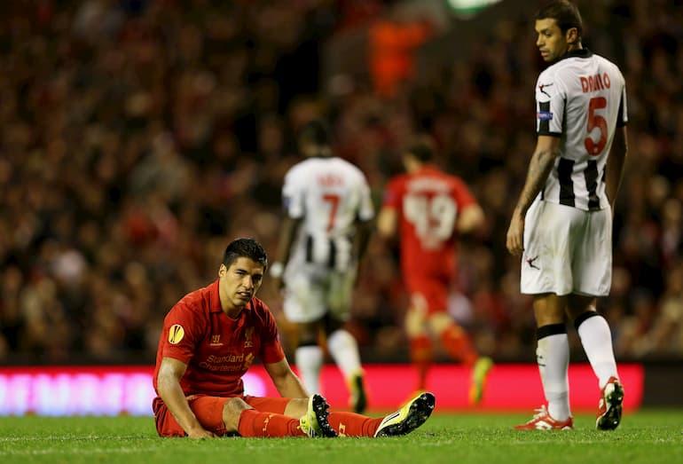Luis Suarez sconsolato nei minuti finali di Liverpool Udinese 2-3 (Foto: Clive Brunskill/Getty Images - OneFootball)