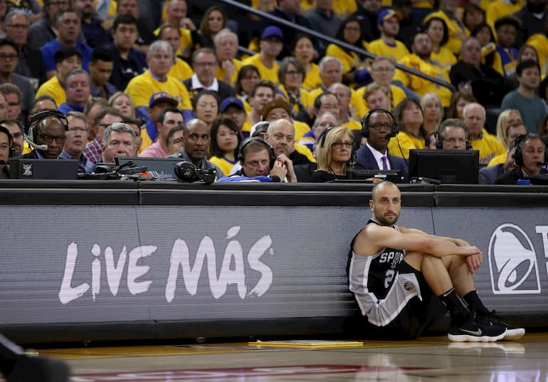 Manu Ginobili in attesa dell'ingresso in campo contro i Golden State Warrios (Foto: Ezra Shaw/Getty Images - OneFootball)
