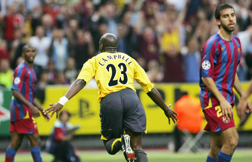 Sol Campbell festeggia il momentaneo 0-1 (Foto: Damien Meyer/AFP via Getty Images - OneFootball)