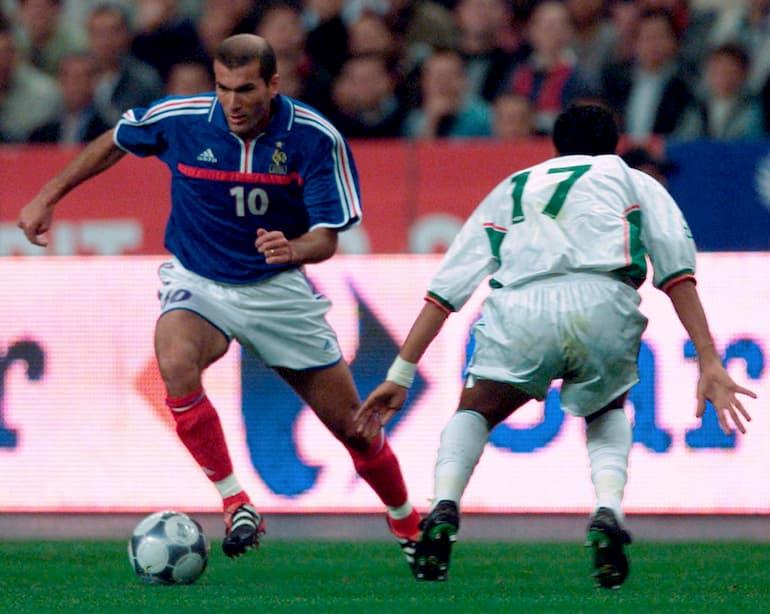 Francia-Algeria Zizou intento a dribblare Slimane Raho (Foto: Olivier Morin/AFP via Getty Images)