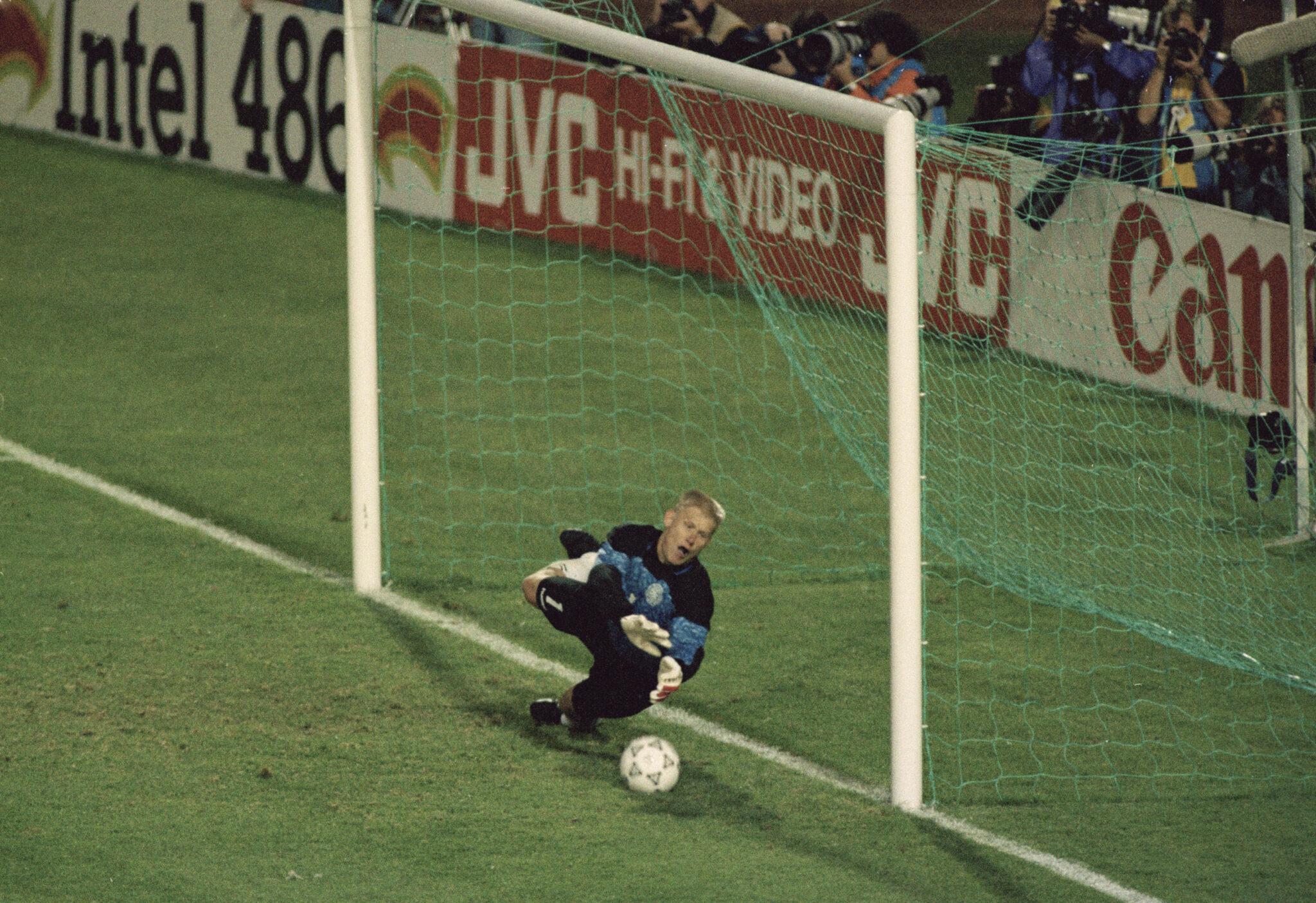 Peter Schmeichel vs Olanda - Foto Simon Bruty Getty Images OneFootball