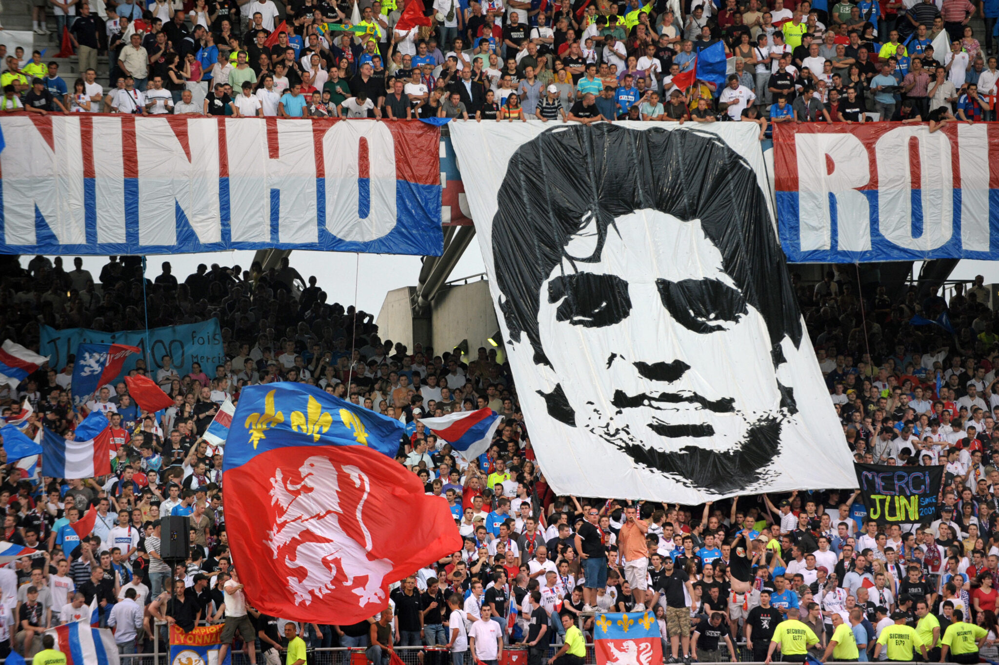 Tributo a Juninho - Foto Philippe Merle AFP via Getty Images OneFootball