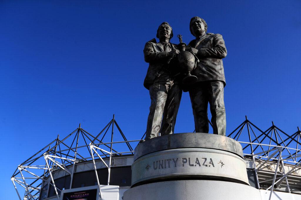 La statua di Clough e Taylor a Derby