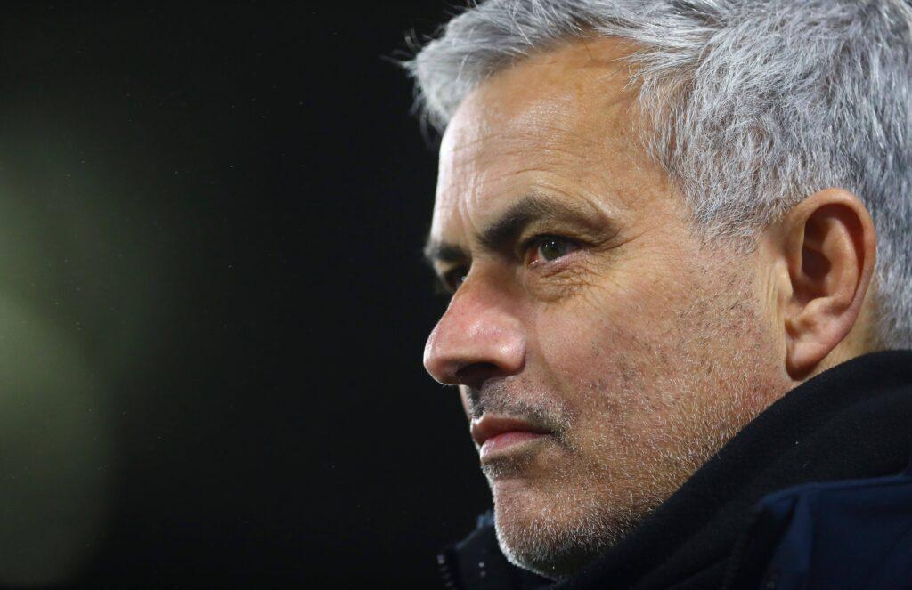 Un pensieroso Mourinho durante la sfida con il Fulham