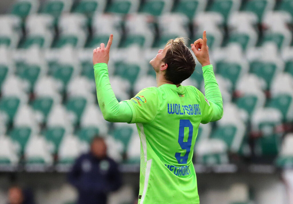 Il numero 9 del Wolfsburg esulta dopo un gol allo Schalke