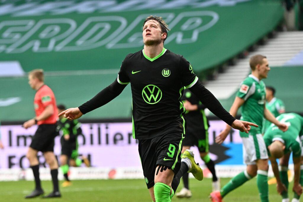 Il centravanti olandese festeggia dopo il gol contro il Werder Brema