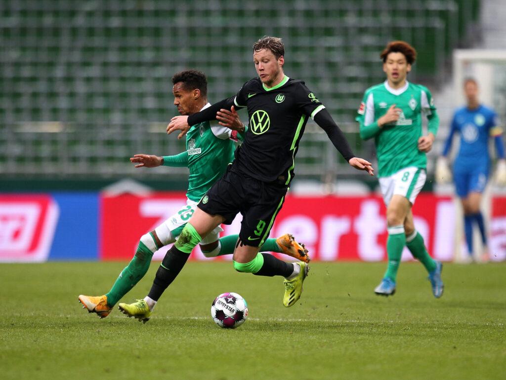L'olandese a contrasto durante una partita con il Werder Brema