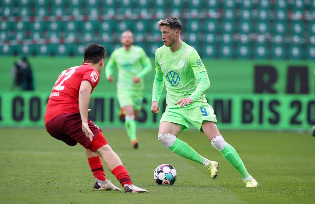 Weghorst conduce palla nella partita di campionato contro il Colonia