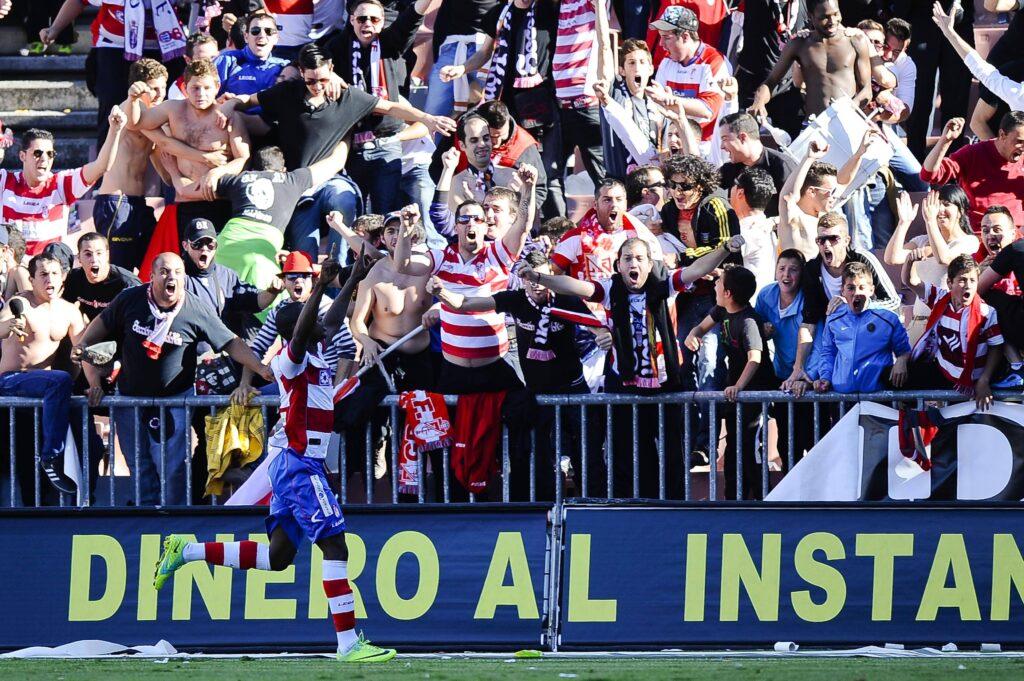 Ighalo festeggia un gol con i tifosi biancorossi