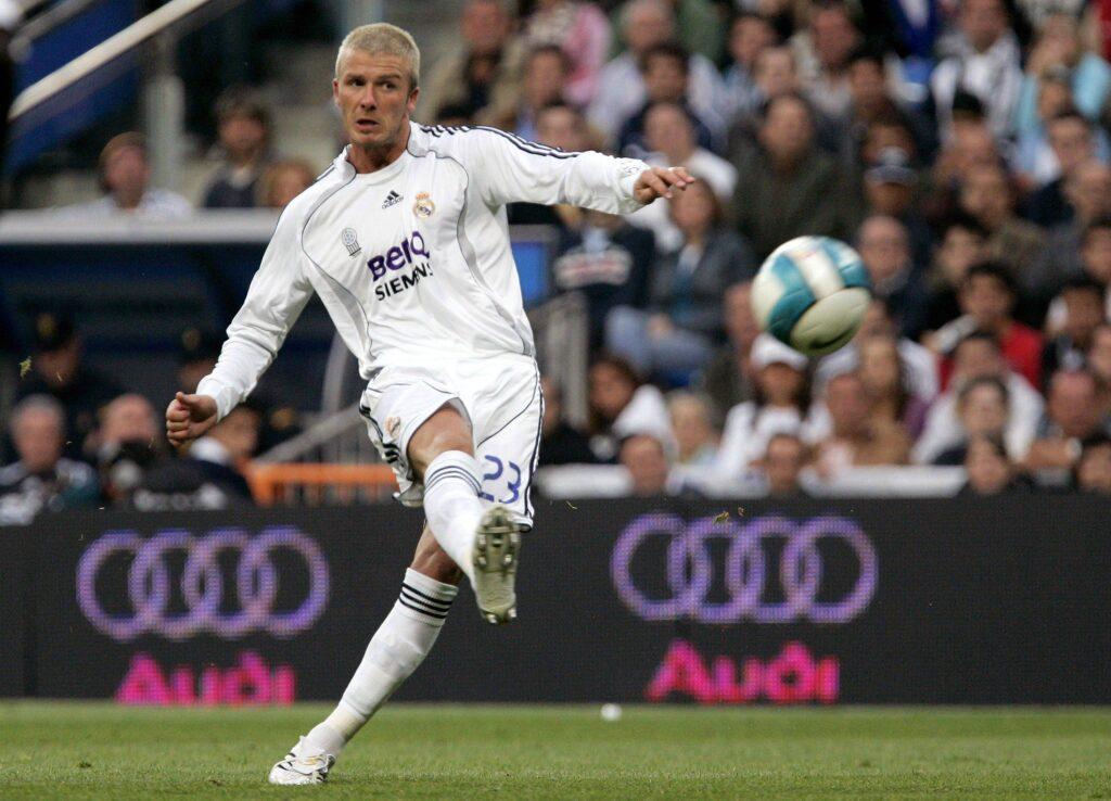 David Beckham calcia una punizione al Real Madrid