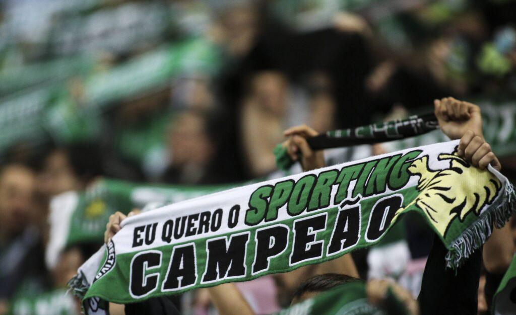 """Un tifoso dello Sporting Lisbona espone una sciarpa che recita """"eo quero o Sporting campeao"""""""