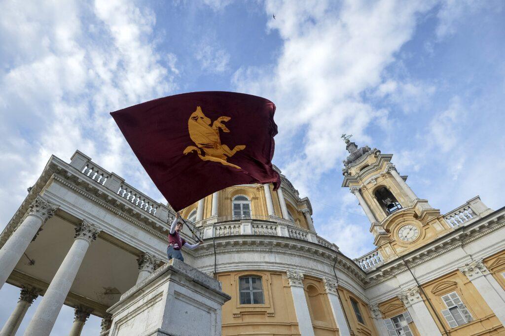 Una bandiera del Torino a Superga
