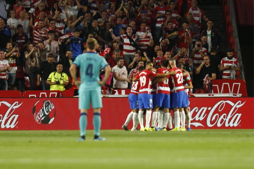 I giocatori del Granada festeggiano la vittoria sul Barcellona