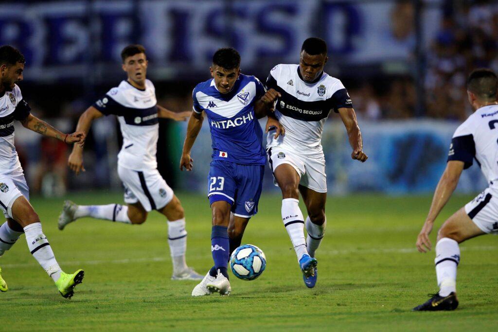 Thiago Almada in contrasto con Harrison Mancilla del Gimnasia y Esgrima