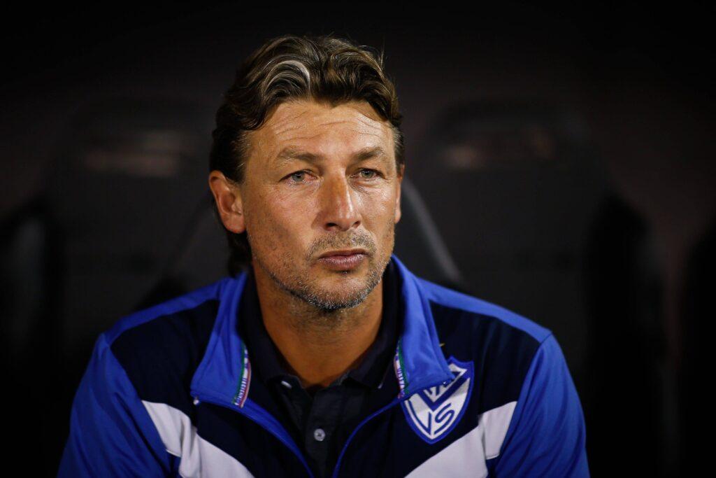 Gabriel Heinze osserva i suoi nel match contro l'Aucas
