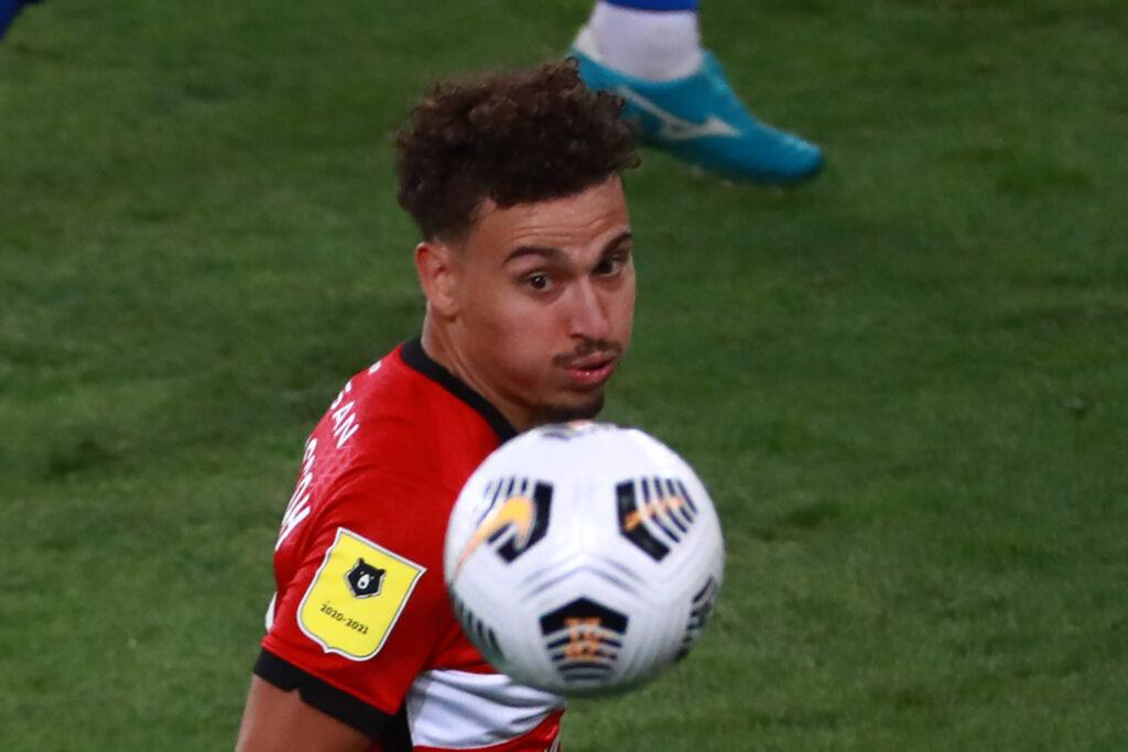Larsson in procinto di controllare il pallone durante una partita con la maglia dello Spartak
