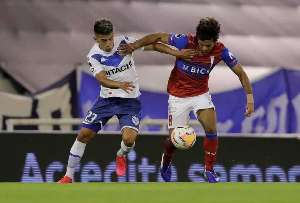 Thiago Almada contende palla ad Ignacio Saavdera dell'Universidad Catolica
