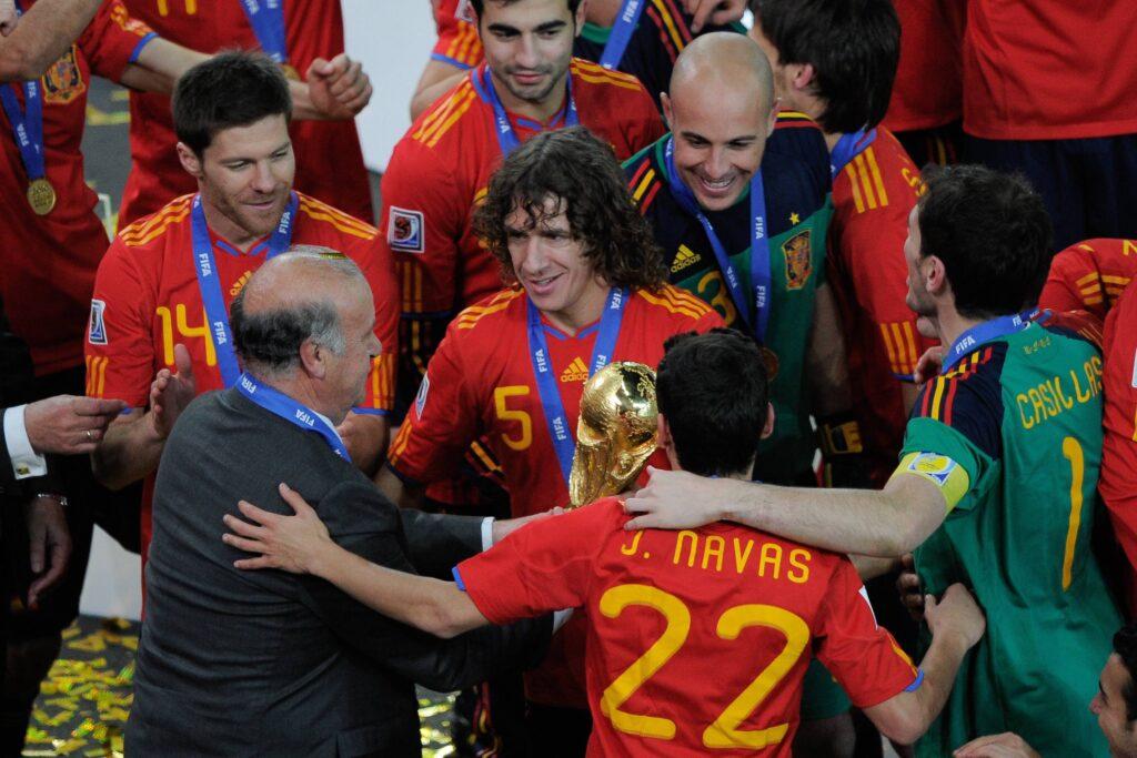 Puyol riceve la Coppa del Mondo