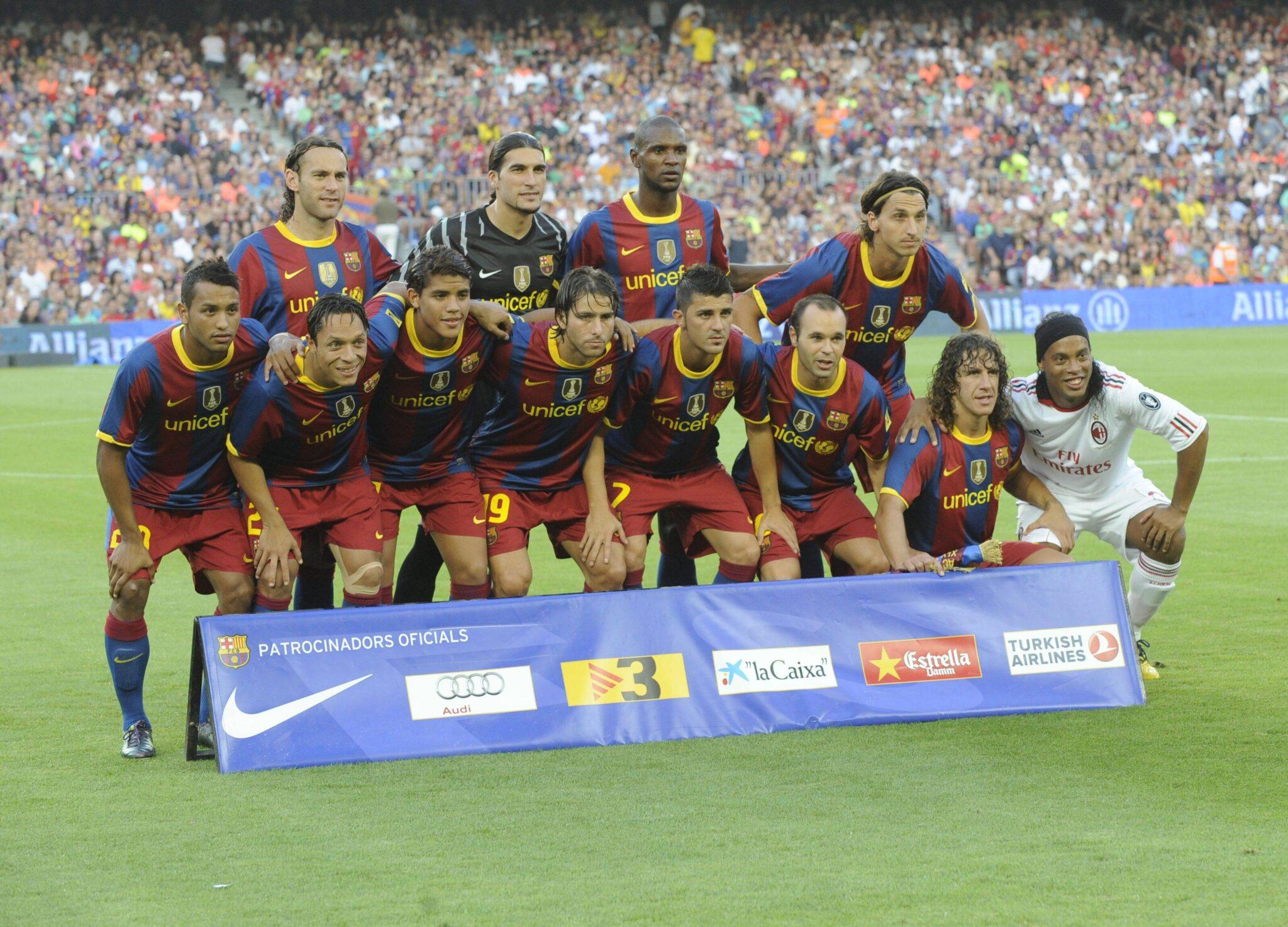 Ronaldinho posa con il Barcellona