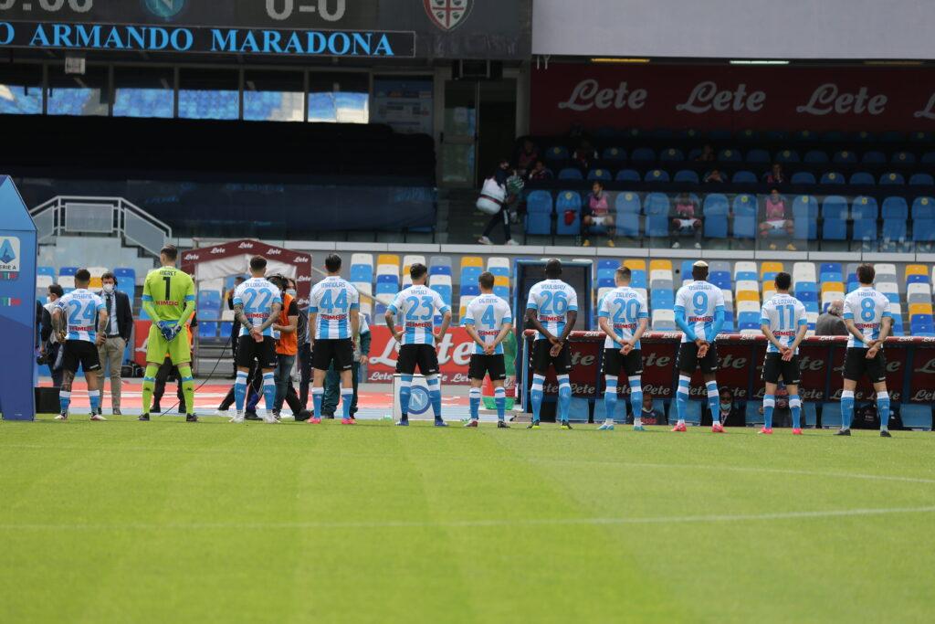 Il Napoli disposto in fila prima dell'inno della Serie A