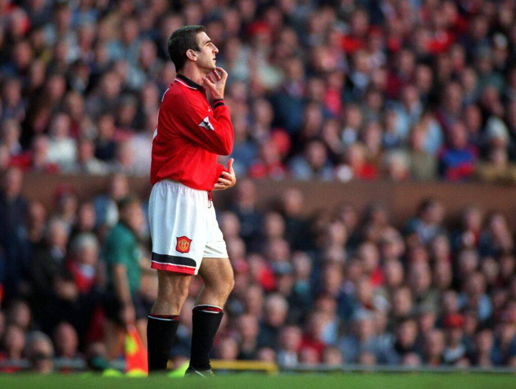 Eric Cantona in attesa di entrare in campo