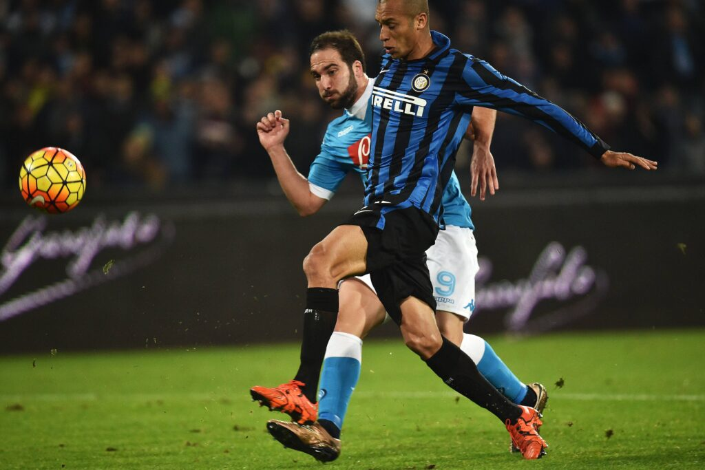 Higuain calcia e segna contro l'Inter