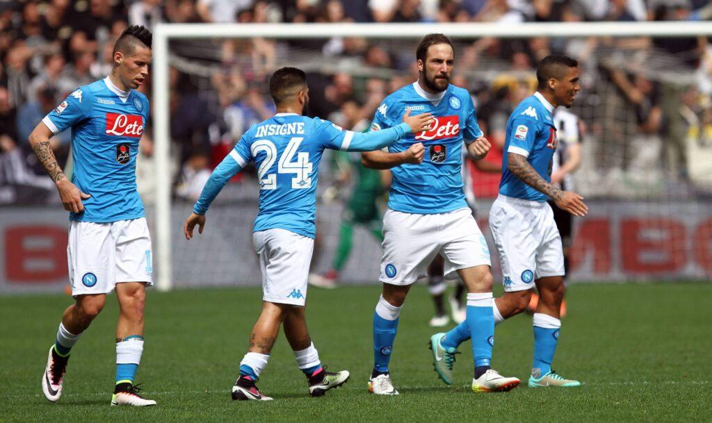 Higuain accerchiato dai compagni durante la sfida persa per 3 a 1 contro l'Udinese