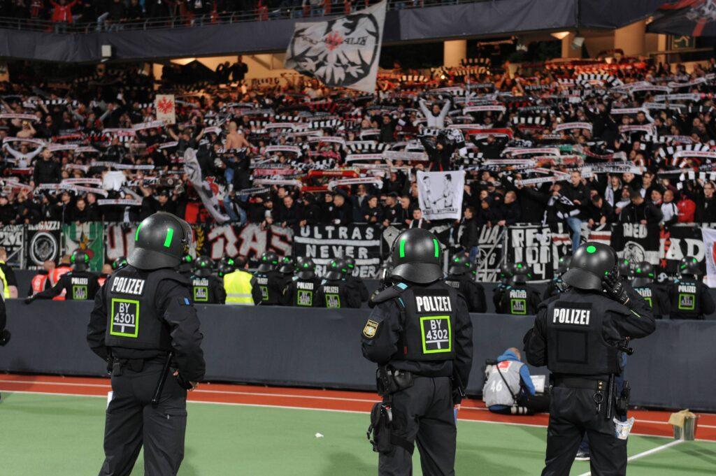 I tifosi dell'Eintracht Frankfurt, unica squadra a vincere tre volte su tre il Relegationsspiel