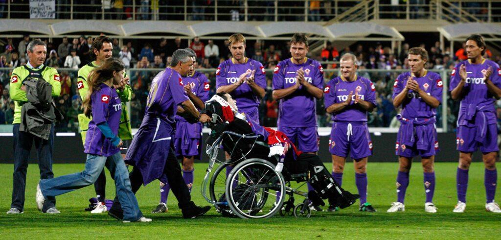 Roberto Baggio porta la carrozzina di Borgonovo