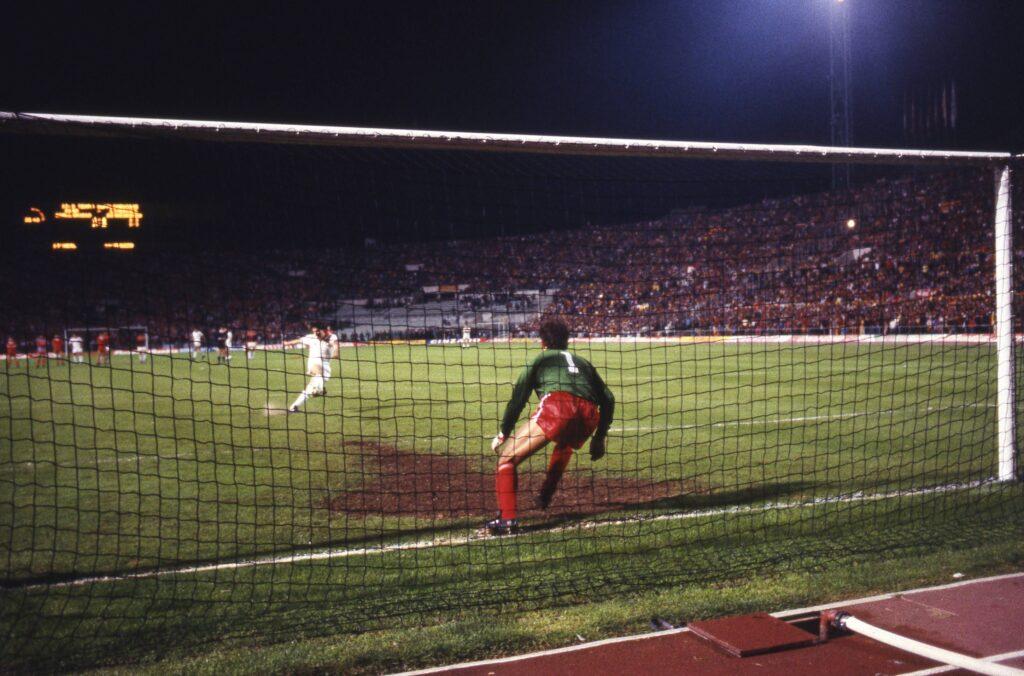 Di Bartolomei calcia il rigore contro il Liverpool