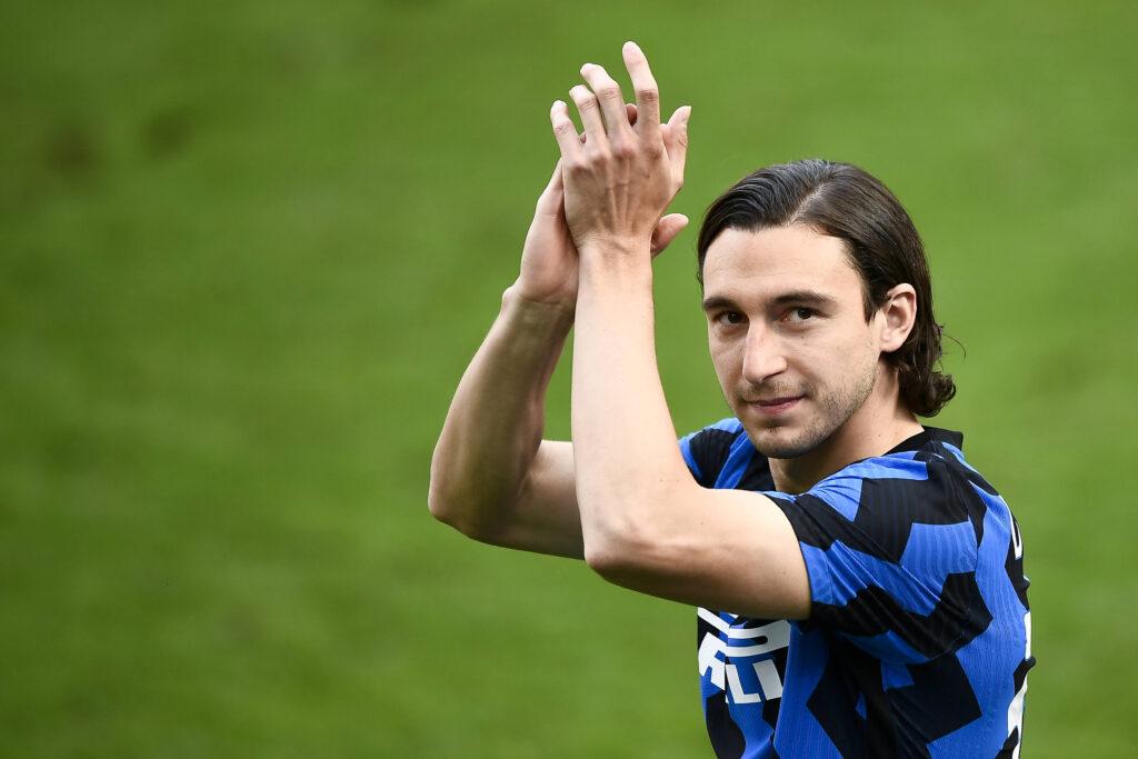 Matteo Darmian applaude in maglia Inter