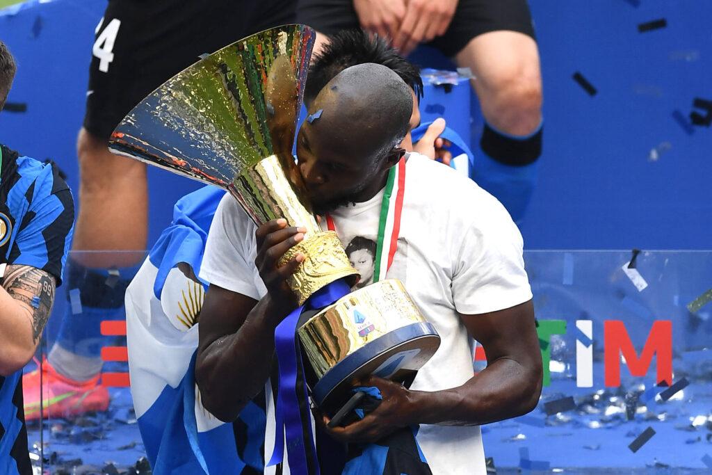 Romelu Lukaku bacia il trofeo della Serie A: è il nostro Giocatore dell'Anno