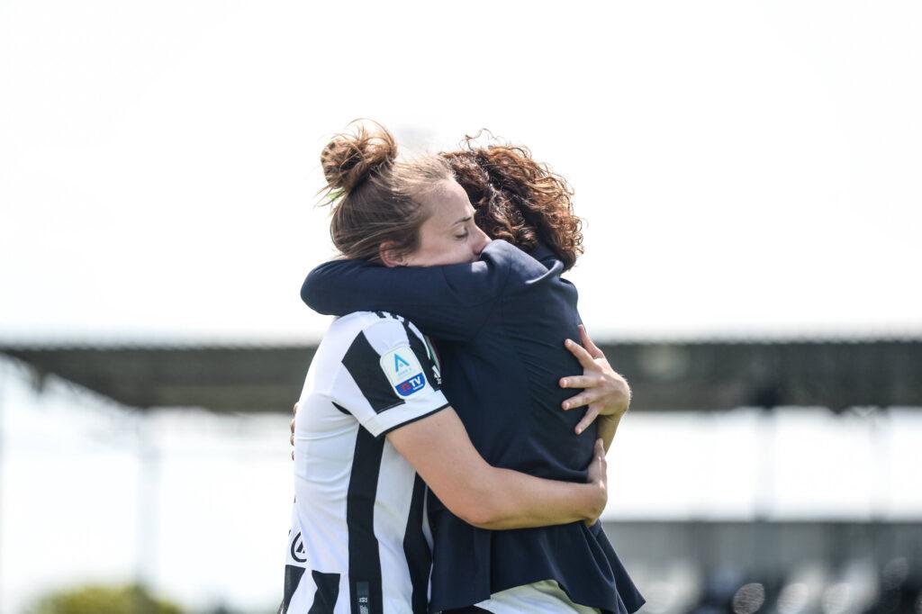 Aurora Galli e Rita Guarino si abbracciano