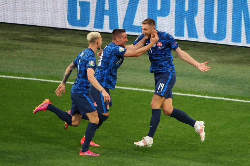 MIlan Skriniar esulta assieme a Mak e Duda dopo il suo goal a Euro 2020