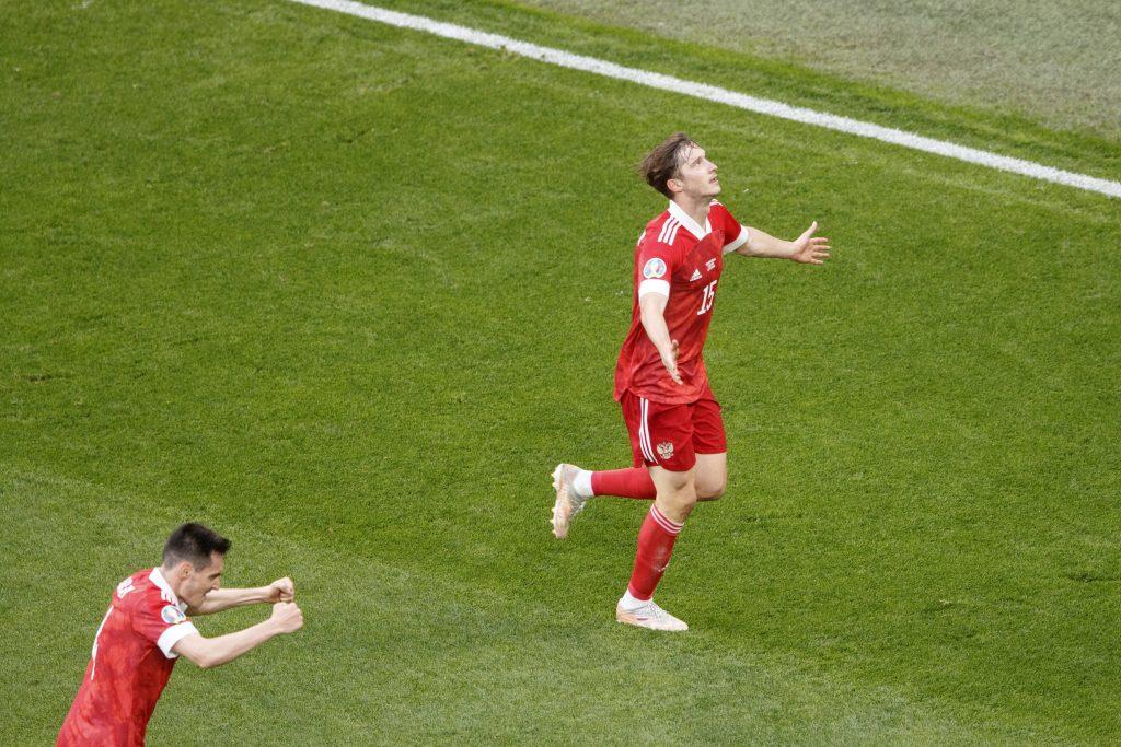 Aleksey Miranchuk esulta dopo il goal alla Finlandia