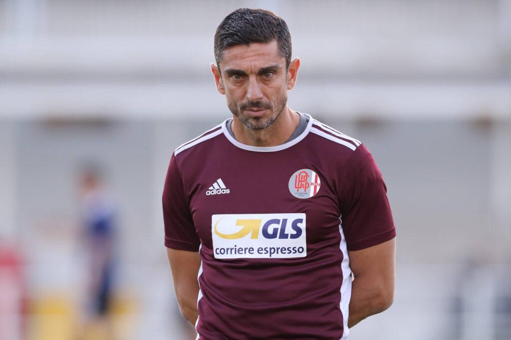 Moreno Longo mentre vigila sul riscaldamento prepartita della sua squadra