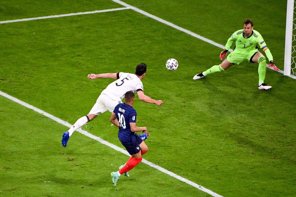 Hummels spedisce il pallone nella sua porta contro la Francia