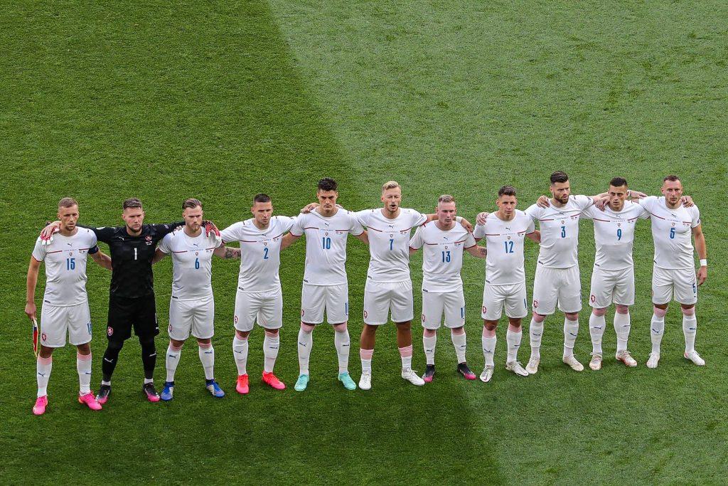 La Nazionale ceca unita durante l'inno