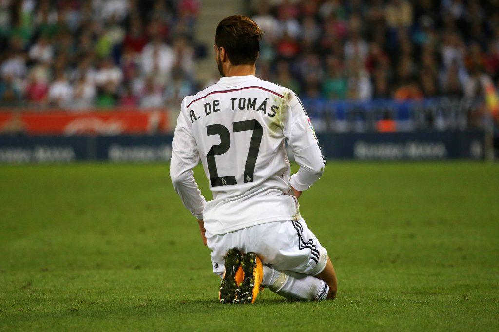 L'esordio con la camiseta blanca di De Tomas